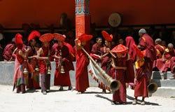 Indien Ladakh, buddism, kloster som är röd, munkar, festival, dräkter, ferie, lopp som är exotiskt, Arkivbild
