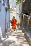 INDIEN LAXMAN JHULA - APRIL 15, 2017: Sadhu som kommer från riven Arkivbilder