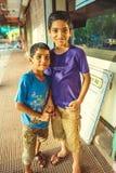 Indien Maharashtra, Vengurla - mars 20, 2017: Två indiska pojkar på gatan Royaltyfri Bild