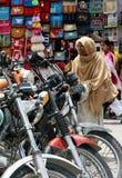 Indien Manali, lopp hänger löst, motorcyklar som reser Arkivfoto