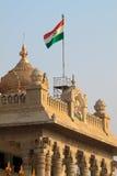 Indien-Markierungsfahne auf vidhana soudha stockfotos