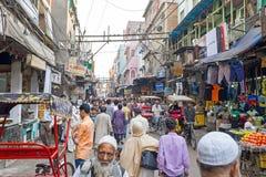 INDIEN NEW DELHI - APRIL 5, 2017: Streetview i New Dehli på Arkivbilder