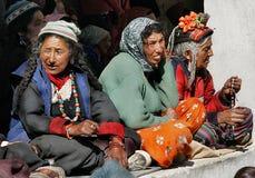 Indien, Religion, Berge, alte Frauen, Kostüme, ethnisch, Buddhismus, Tibet, Gebet, Tempel, Reise, Tradition Lizenzfreies Stockfoto