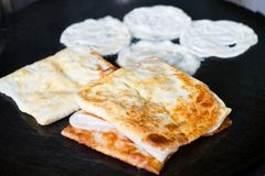 Indien Roti ou pain étant fait cuire au four sur la casserole Images libres de droits