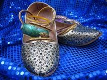 Indien-Schuhe und Armbänder auf blauen Sequins Stockbilder