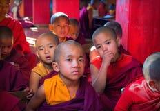 Indien Sikkim, små munkar i en kloster i clen Arkivbild