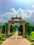 Indien-Skyline rishikesh Yogameditation heiliger Stadt lizenzfreie stockfotos