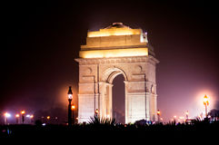 Indien-Tor Delhi nachts mit Lichtern Stockbild
