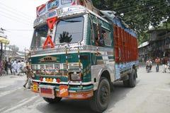 Indien väg, bil, färg, person som tillhör en etnisk minoritet, stort som är färgrik, Kashmir, garnering, lastbil Fotografering för Bildbyråer