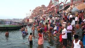 Indien Varanasi, Ganga, 15 hinduiska Mars 2019 - vallfärdar erbjudandeböner på banken av heliga Ganges River under soluppgång in lager videofilmer