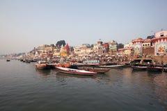 Indien Varanasi - November 2009: Ganges River Varanasi, på fartygkryssning på floden Ganges som observerar livsföringen av pilgre Arkivbild