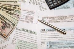 Indienend federale belastingen voor terugbetaling - belastingsvorm 1040 Stock Afbeeldingen