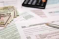 Indienend federale belastingen voor terugbetaling - belastingsvorm 1040 Royalty-vrije Stock Afbeeldingen