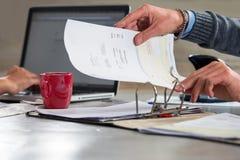 Indienende rekeningen en documenten in een ringsbindmiddel Stock Foto's