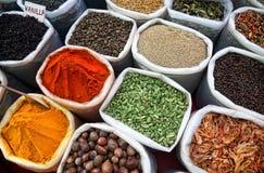 Indier färgade kryddor Arkivbilder