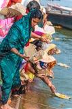 Indier firar en hinduisk ritual i Gangesen Royaltyfri Fotografi
