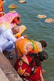 Indier firar en hinduisk ritual i Gangesen Riv Royaltyfria Bilder