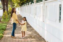 Indier fostrar och dottern Arkivbild