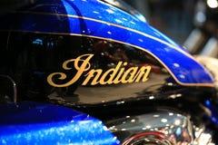 indier Guld- inskrift på gasbehållaren av svart motorcykelindierRoadmaster elit 2018 som är blå och Närbild royaltyfri bild