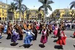 Indier i traditionella peruanska klänningar Arkivfoton