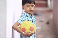Indier Little Boy med fotboll royaltyfri fotografi