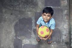 Indier Little Boy med fotboll arkivbilder