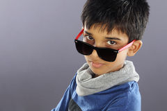 Indier Little Boy med solglasögon arkivfoton