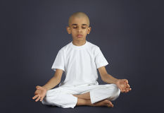 Indier Little Boy som gör meditation Arkivbilder