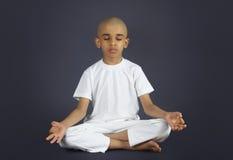 Indier Little Boy som gör meditation Arkivbilder
