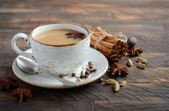 Indier Masala Chai Tea Kryddat te med mjölkar på den lantliga trätabellen arkivfoto