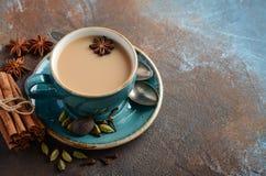 Indier Masala Chai Tea Kryddat te med mjölkar på mörk rostig bakgrund arkivbild