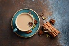 Indier Masala Chai Tea Kryddat te med mjölkar på mörk rostig bakgrund arkivbilder