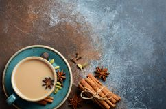 Indier Masala Chai Tea Kryddat te med mjölkar på mörk rostig bakgrund royaltyfria foton