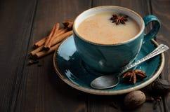 Indier Masala Chai Tea Kryddat te med mjölkar på mörk träbakgrund fotografering för bildbyråer