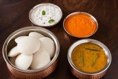Indier overksamt med chutney och sambaren royaltyfri fotografi