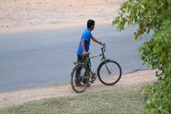 Indier på en cykel på en lantlig väg Royaltyfri Fotografi