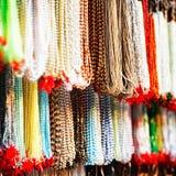 Indier pryder med pärlor i lokal marknadsför i Pushkar. Arkivfoton