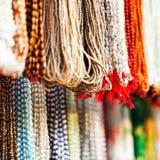 Indier pryder med pärlor i lokal marknadsför i Pushkar. Royaltyfria Foton