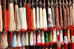 Indier pryder med pärlor i lokal marknadsför i Pushkar. Fotografering för Bildbyråer