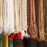 Indier pryder med pärlor i lokal marknadsför i Pushkar. Arkivbild