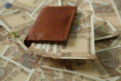 Indier 10 rupie valutaanmärkningar i plånbok fotografering för bildbyråer