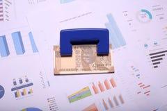 Indier 10 rupie valutaanmärkningar och stansamaskin på diagrampapperet royaltyfria bilder