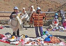 Indier säljer kläder och souvenir och spelar nationell musik. royaltyfri foto