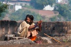 Indier Sadhu nära slott i Orchha Royaltyfri Fotografi