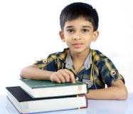 Indier skolar pojken med läroboken Royaltyfria Foton
