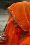 indier skyler under kvinnan Arkivbild