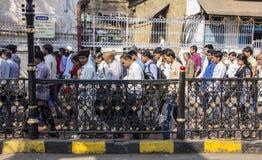 Indier som kommer ut ur trainstationen Royaltyfri Fotografi