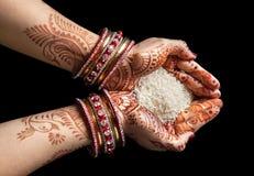 Indierhänder med ris arkivfoton