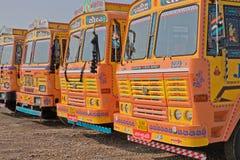 Indiern åker lastbil i en linje Arkivfoto