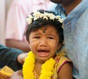 Indiern behandla som ett barn flickagråt royaltyfri fotografi